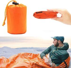 LATTCURE 非常時用寝袋 バイバルシート 緊急寝袋 封筒型シュラフ 90%の体熱を保つ 防寒 保温 防水 防災 遮熱 簡易寝袋 繰り返し使用可 軽量 登山/車中泊/キャンプ : スポーツ&アウトドア